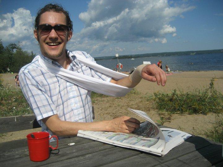 Försöker enhandsläsa tidning i tokblåst.
